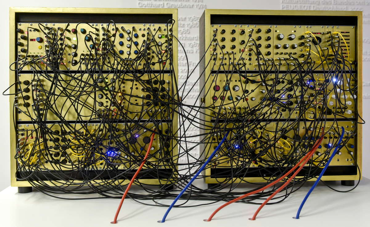 modularer Synthesizer mit gildenen Frontpanels